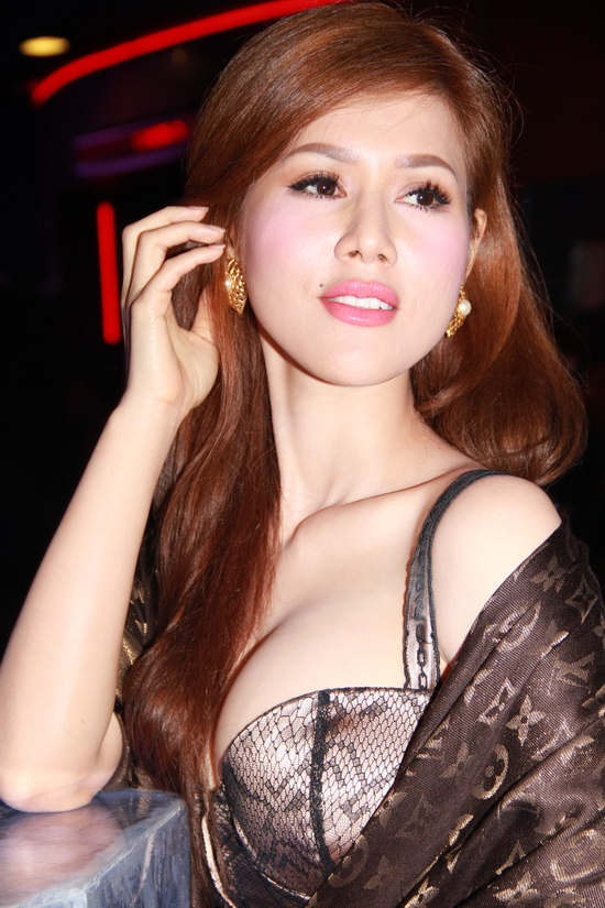 Maria inh Phng nh l nh nng khoe bu ngc trng mut, cng trn